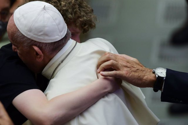 25 August 2021, Vatican, Vatican City: Pope Francis embraces an attendee during his Wednesday general audience. Photo: Evandro Inetti/ZUMA Press Wire/dpa