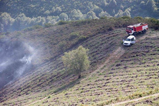 Un camión de bomberos en un incendio forestal en la parroquia de Cubilledo, en el municipio de Baleira, comarca de A Fonsagrada, en Lugo