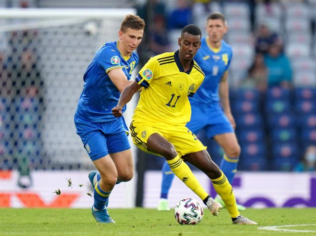Archivo - 29 June 2021, United Kingdom, Glasgow: Ukraine's Illya Zabarnyi (L) and Sweden's Alexander Isak battle for the ball during the UEFA EURO 2020 round of 16 soccer match between Sweden and Ukraine at Hampden Park. Photo: Jane Barlow/PA Wire/dpa