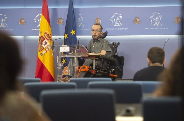 Archivo - El portavoz de Unidas Podemos en el Congreso, Pablo Echenique, interviene en una rueda de prensa en el Congreso de los Diputados, a 1 de julio de 2021, en Madrid (España).