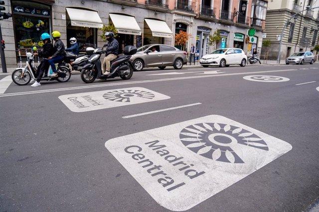 Archivo - Dos señales de Madrid Central en la carretera.