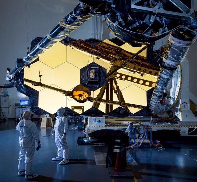 Archivo - Ensayo del espliegue del espejo secundario del telescopio espacial James Webb