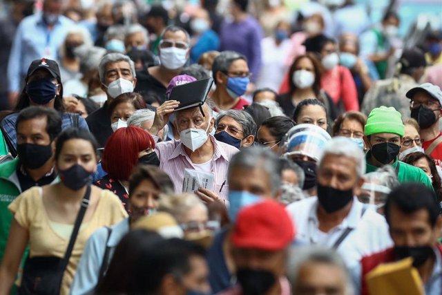 Archivo - Personas con mascarilla en Ciudad de México durante la pandemia de coronavirus