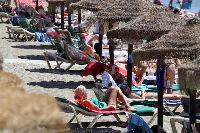 Archivo - Bañistas disfrutan de un día en la playa, en una imagen de archivo
