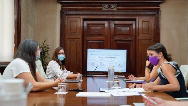 Reunión de la ministra de Igualdad, Irene Montero, con las cofundadoras de LactApp, Maria Berruezo y Alba Padró.