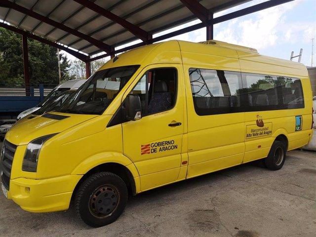 Vehículo de transporte escolar en la Comarca de la Jacetania.