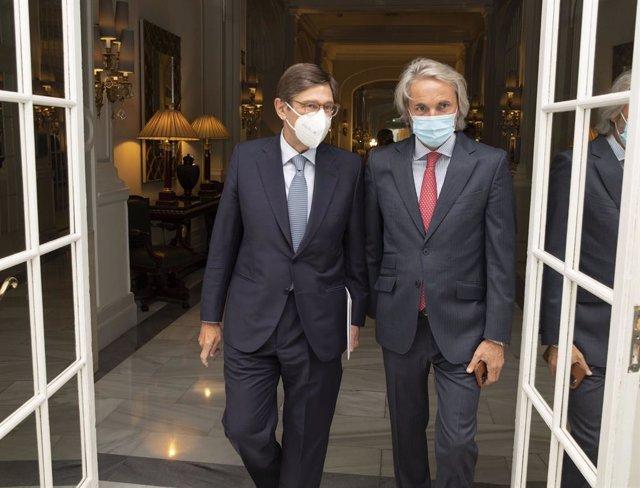 El presidente de CaixaBank (izq), José Ignacio Goirigolzarri, y el presidente de Fundaciónn Conexus, Manuel Broseta, en un acto de la Fundación Conexus celebraod en Madrid el 08/09/21.