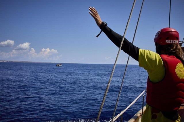 Miembros de la ONG Open Arms, en el barco 'Astral', avistan una patera con 70 personas a bordo en el mar Mediterráneo, a 8 de septiembre de 2021, en el Mar Mediterráneo, en las inmediaciones de Lampedusa, Sicilia (Italia).