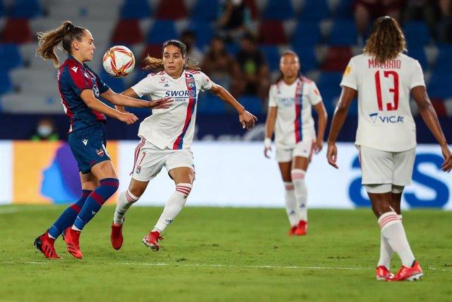 Irene Guerrero ante Amel Majri en el Levante-Olympique de Lyon de la ida de la Liga de Campeones femenina