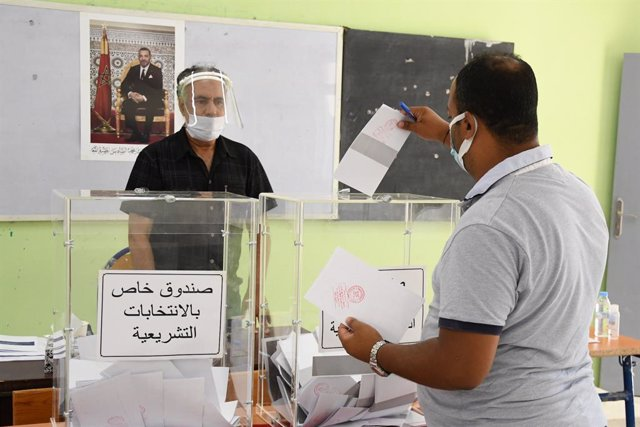 (210908) -- RABAT, Sept. 8, 2021 (Xinhua) -- A man casts a vote at a polling station in Rabat, Morocco, Sept. 8, 2021. Morocco kicked off its lower house and local elections on Wednesday as some 17.5 million eligible voters are going to the polls across t