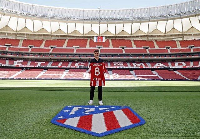 Antoine Griezmann posa con su camiseta del Atlético y el '8' en el Wanda Metropolitano