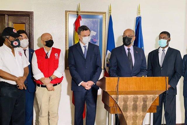 El primer ministro de Haití, Ariel Henry, con el embajador saliente de España, Pedro José Sanz Serrano