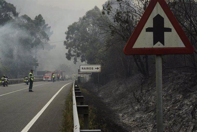 Agentes forestales trabajan en las tareas de extinción de incendios de un fuego en el municipio de Ribas de Sil, en la parroquia homónima, muy cercana a Rairos, a 6 de septiembre de 2021, en Ribas de Sil, Lugo, Galicia (España)