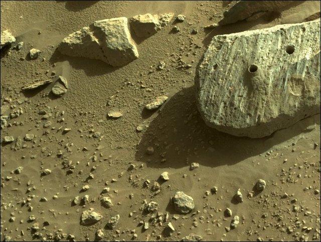 La roca Rochette muestra los dos orificios de obtención de muestras