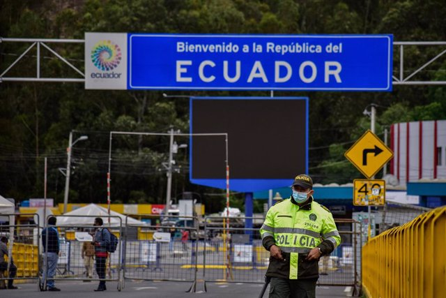 17 August 2021, Colombia, Ipiales: A police officer with face mask stands at the closed Rumichaca border crossing between Ecuador and Colombia, where a protest by drivers is taking place demanding the opening of the border because of Coronavirus (Covid-19