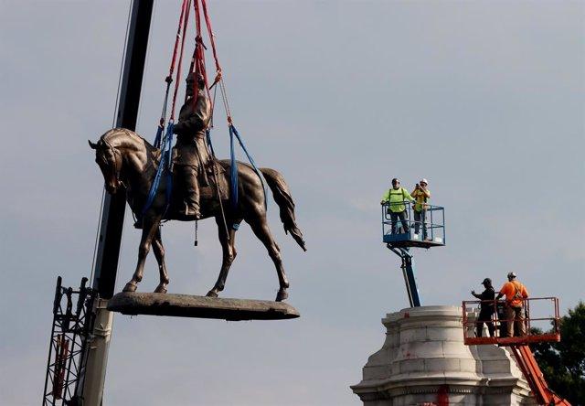 Retirada de una estatua de Robert E. Lee en Richmond.