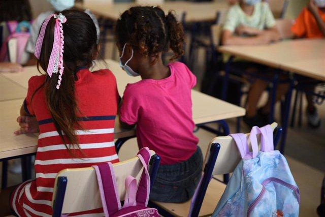 Dos niñas sentadas en una de las aulas del colegio Les Arts, de reciente construcción, durante el primer día del curso escolar 2021-2022 en la Comunidad Valenciana, a 8 de septiembre de 2021, en Valencia, Comunidad Valenciana (España). El curso escolar 20
