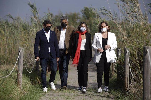 (E-D) L'alcalde del Prat, Lluís Mijoler, el director del Centre de Recerca Ecològica i Aplicacions Forestals (Creaf), Joan Pi, la vicepresidenta segona i ministra de Treball i Economia Social, Yolanda Díaz, i l'alcaldessa de Barcelona Ada Colau