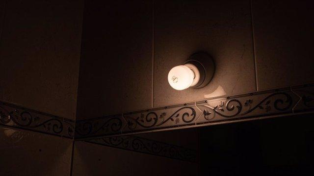 Una lámpara se mantiene encendida en el interior de una casa, a 18 de agosto de 2021, en Madrid (España). El precio medio diario de la electricidad en el mercado mayorista se disparará este miércoles un 17,7%, con respecto al nivel marcado ayer, volviendo