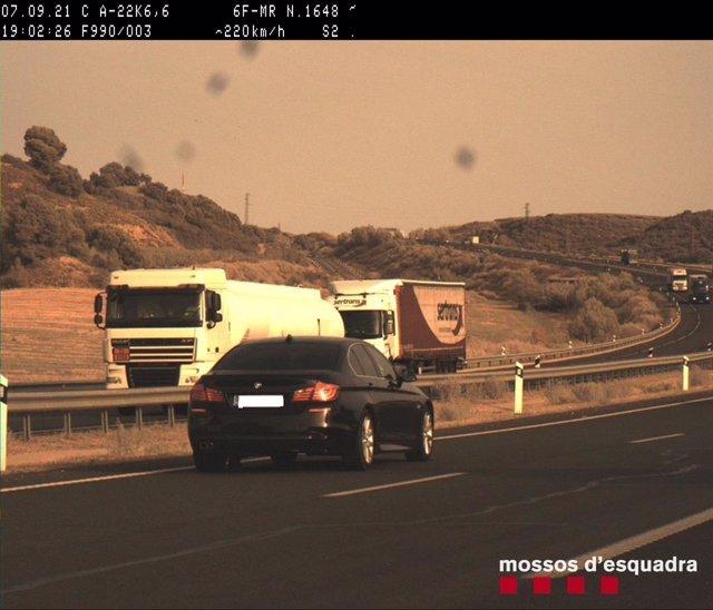 Imatge del cotxe que circulava a 220 quilòmetres per hora per l'A-22 a l'altura de Lleida