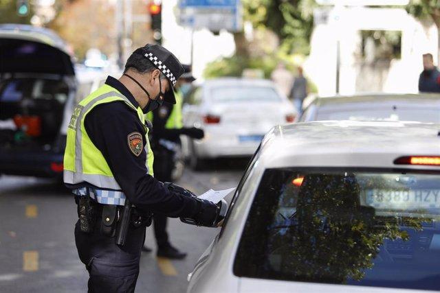 Archivo - La Policía Local de Granada realiza controles de tráfico en los accesos de la ciudad debido al cierre perimetral establecido a causa del incremento de personas infectadas por coronavirus en la capital y su área metropolitana. Granada a 26 de oct