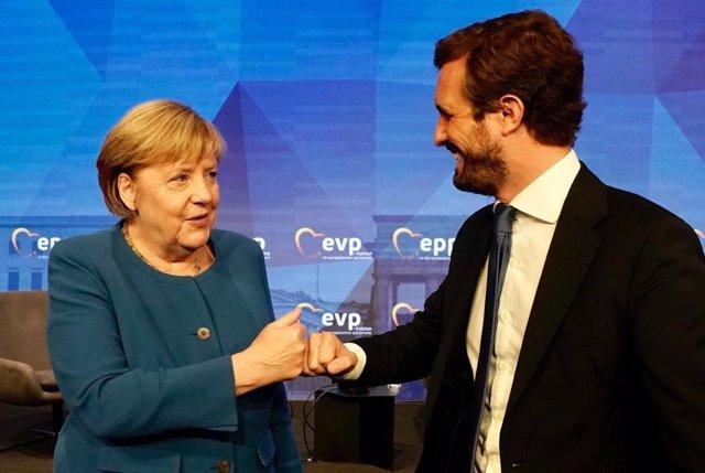 El presidente del Partido Popular, Pablo Casado, y la canciller alemana, Angela Merkel, asisten a un encuentro de líderes europeos del PPE en Berlín.