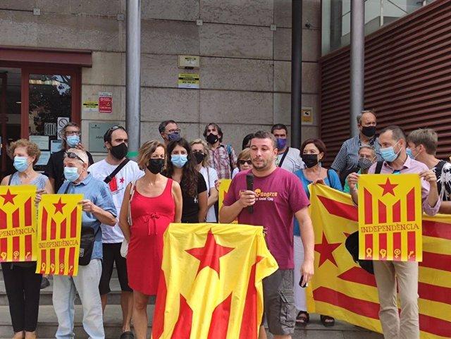 La diputada de la CUP Laia Estrada i el regidor a Reus (Tarragona) Edgar Fernández, el 9 de setembre de 2021.