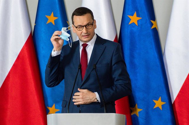 """Archivo - 21 June 2020, Poland, Gdansk: Polish Prime Minister Mateusz Morawiecki removes his face mask before his speech at the Independent Self-governing Trade Union """"Solidarity"""" (NSZZ) headquarters during his visits to Gdansk one week before the preside"""