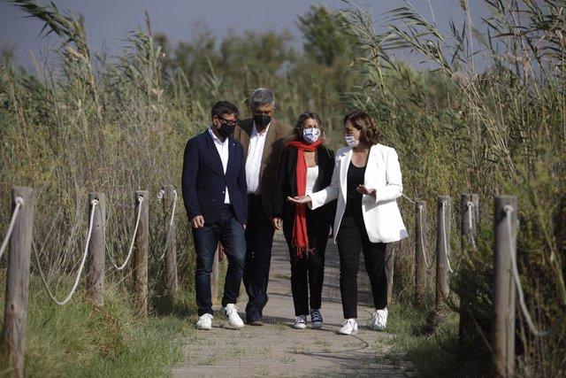 (E-D) L'alcalde del Prat, Lluís Mijoler; el director del Centre de Recerca Ecològica i Aplicacions Forestals (Creaf), Joan Pi; la vicepresidenta segona i ministra de Treball i Economia Social, Yolanda Díaz; i l'alcaldessa de Barcelona, Ada Colau