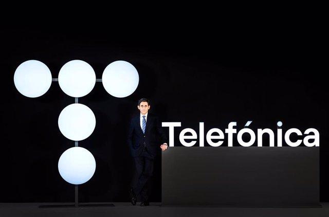 Archivo - José María Álvarez-Pallete, presidente de Telefónica, con el nuevo logotipo de la empresa.