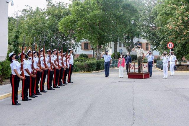 El Rey Felipe VI (c), hace el saludo militar, en presencia de la ministra de Defensa, Margarita Robles, a su llegada al mando de operaciones (MOPS), en la base de Retamares de Pozuelo de Alarcón, a 9 de septiembre de 2021, en Madrid (España). El objetivo