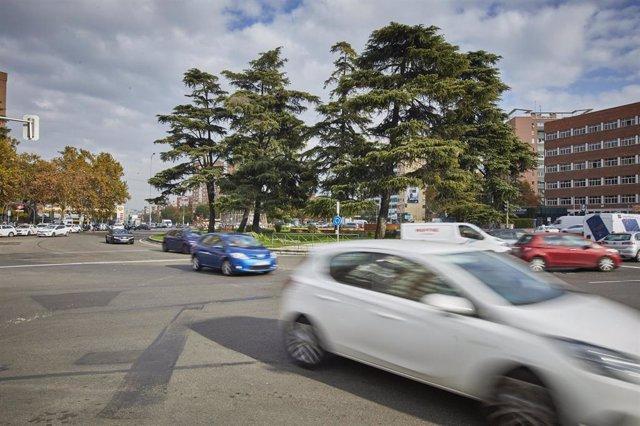 Archivo - Vehículos en las inmediaciones de Plaza Elíptica en Madrid (España), a 25 de noviembre de 2020. Plaza Elíptica se convertirá en Zona de Bajas Emisiones (ZBE) en 2021 llevando aparejada la restricción de la circulación a los vehículos sin etiquet