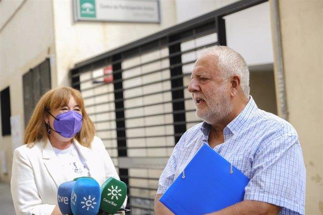 Archivo - El presidente de la Federación de Organizaciones de Mayores de Andalucía (FOAM), Martín Durán, atiende a los medios junto a la secretaria general del Grupo Socialista en el Parlamento andaluz, Soledad Pérez.