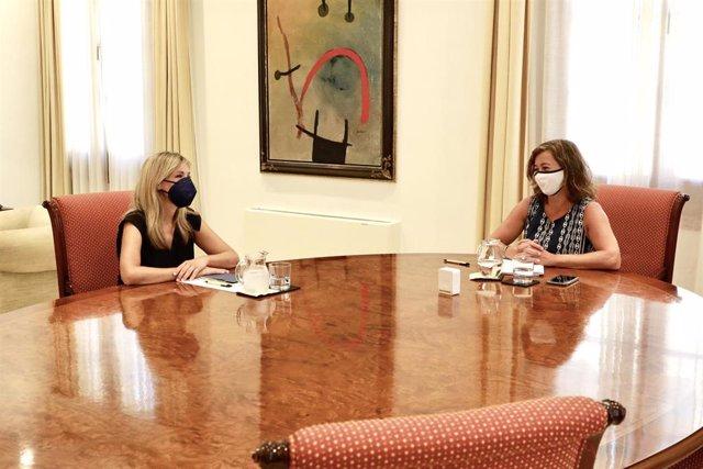 La coordinadora autonómica de Cs en Baleares, Patricia Guasp, y la presidenta del Govern, Francina Armengol, reunidas en el Consolat de Mar.