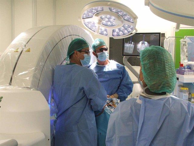 Archivo - Primera cirugía con el sistema de imagen intraoperatoria O-arm y de Navegación S8.