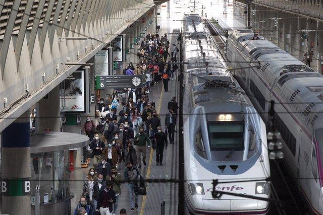 Archivo - Imagen de archivo de la llegada de pasajeros en el AVE procedente de Madrid a la Estación de Santa Justa