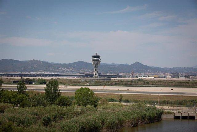 Archivo - El aeropuerto de de Josep Tarradellas Barcelona-El Prat, cerca del espacio protegido natural de La Ricarda, a 9 de junio de 2021, en El Prat de Llobregat, Barcelona, Cataluña (España).