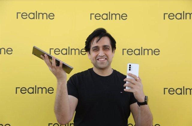 El vicepresidente de realme y CEO europeo de la compañía, Madhav Sheth, presenta en España el primer ordenador portátil y la primera tableta de la marca