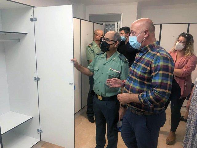 El alcalde de Rute y presidente de la Diputación de Córdoba, Antonio Ruiz, conoce las mejoras del cuartal de la Guardia Civil en Rute.