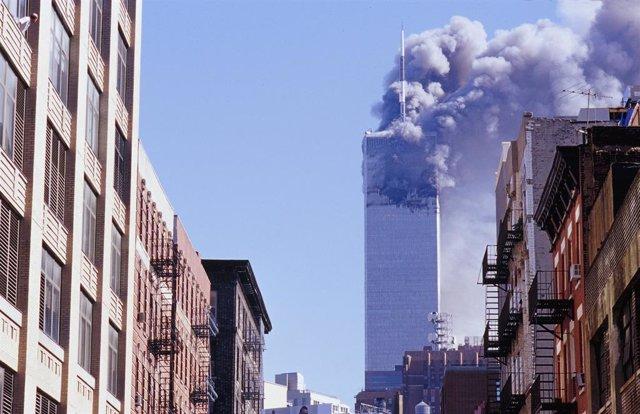 Archivo - Una de las dos Torres Gemelas tras los atentados del 11-S