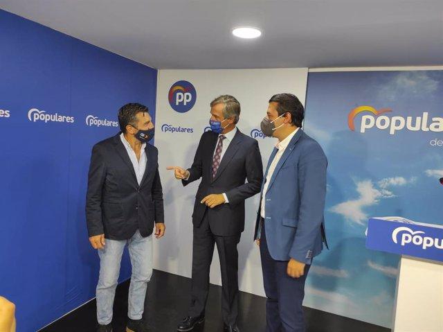 González Terol (centro), entre Martín y Bellido, en la sede del PP de Córdoba.