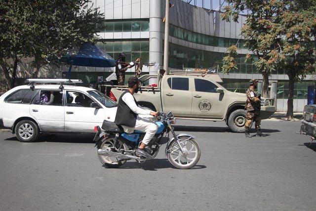 Vehículos una calle de Kabul
