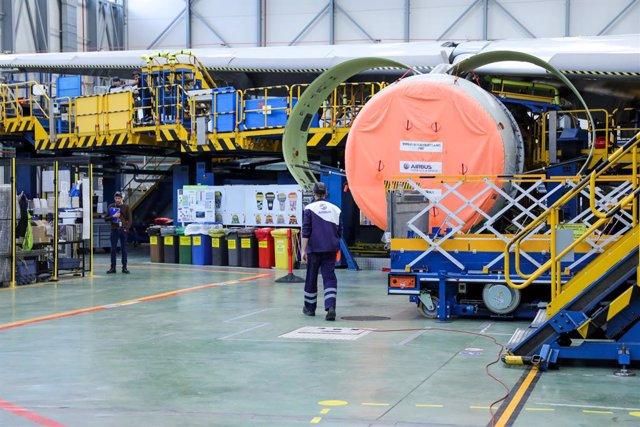 Archivo - Dos operarios de la Compañía Airbus durante labores de mantenimiento a un avión de la compañçía en la planta de Airbus en Getafe, en Madrid a 27 de noviembre de 2019.