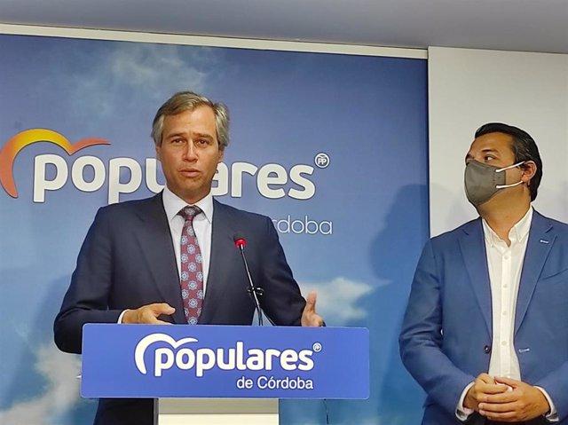 González Terol interviene, observado por Bellido, en la sede del PP de Córdoba.