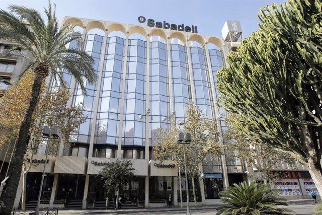 Archivo - Sede del banco Sabadell en Alicante