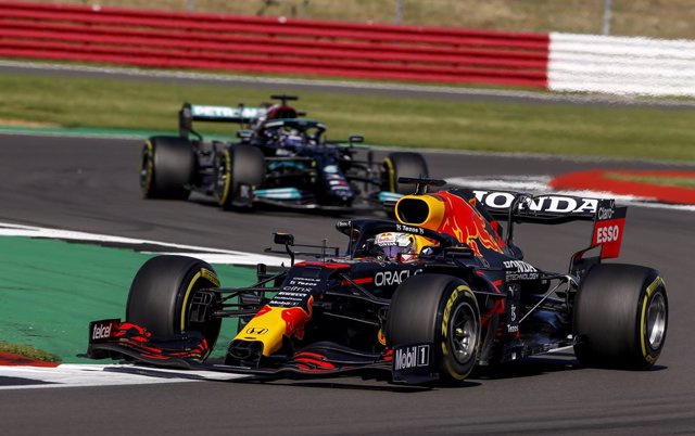 Archivo - 33 VERSTAPPEN Max (nld), Red Bull Racing Honda RB16B, action 44 HAMILTON Lewis (gbr), Mercedes AMG F1 GP W12 E Performance, action during the Sprint Race of Formula 1 Pirelli British Grand Prix 2021, 10th round of the 2021 FIA Formula One World