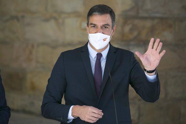 El presidente del Gobierno, Pedro Sánchez, ofrece declaraciones a los medios, a su llegada a la presentación de la Ley de Formación Profesional en el Centro Integrado de FP La Laboral, a 9 de septiembre de 2021, en Gijón, Asturias (España). Sánchez presen