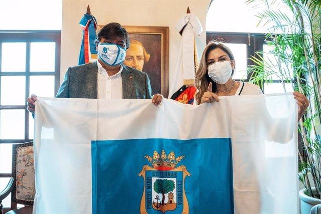 La alcaldesa de Santo Domingo (República Dominicana), Carolina Mejía, junto al alcalde de Huelva, Gabriel Cruz.
