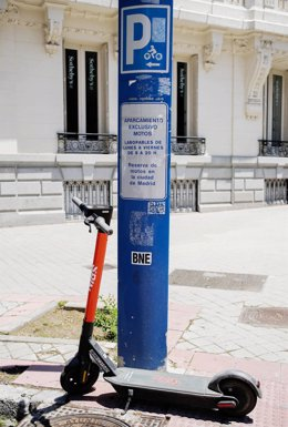 Archivo - Un patinete estacionado en una calle céntrica de Madrid, a 9 de junio de 2021, en Madrid (España). Los controladores del Servicio de Estacionamiento Regulado (SER) llevan impuestas 38.050 denuncias hasta el 31 de mayo. La mayoría, 29.613, han si