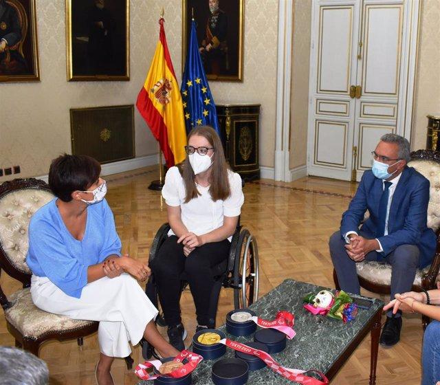 La ministra de Política Territorial, Isabel Rodríguez; la nadadora burgalesa Marta Fernández y el delegado del Gobierno en Castilla y León, Javier Izquierdo.